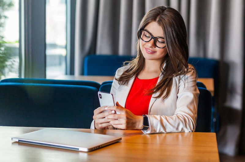 Rechtstipps: Was ist mit privatem Smartphone am Arbeitsplatz erlaubt?