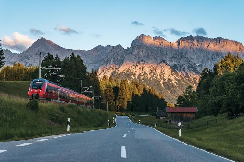 Chancen fuer Vermittler Bahn vor einer Berglandschaft